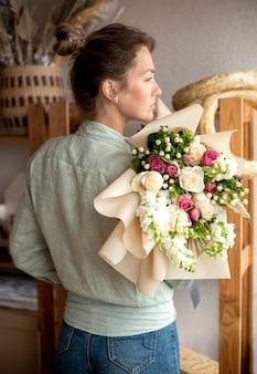 Женщина держит букет цветов средний план