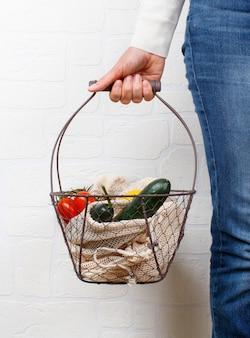 新鮮な野菜や果物を持っている女性
