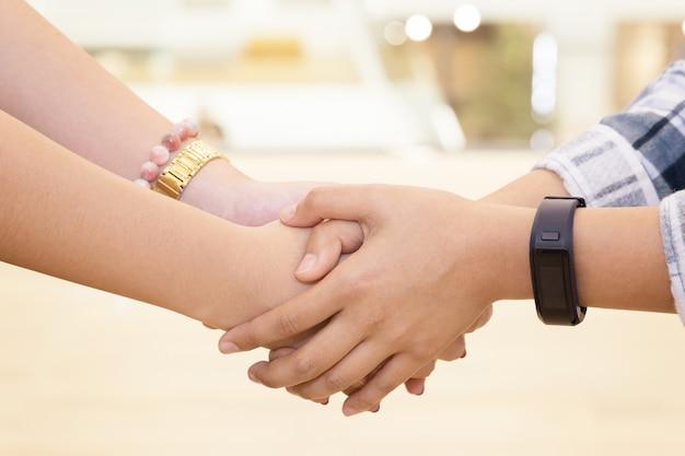 Женщина, держащая руки друга за прощение и поднять настроение