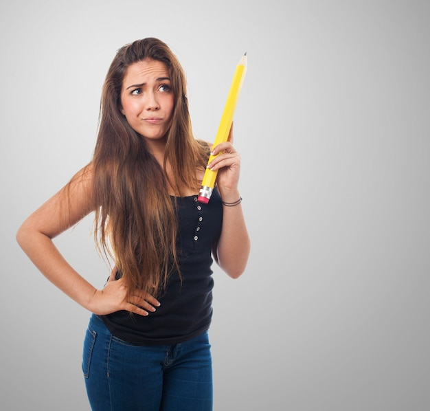 Donna in possesso di una matita gigante