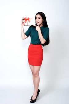 Женщина, держащая подарочной коробке и зубастая улыбка