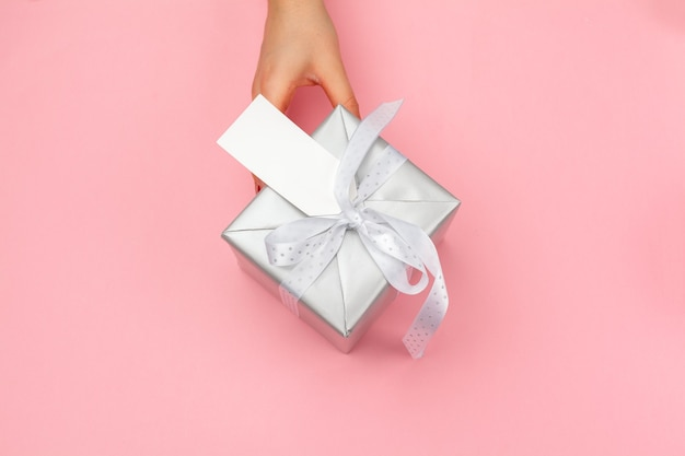 색상 배경에 선물 상자를 들고 여자