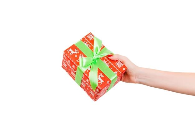 흰색 바탕에 녹색 활과 선물 상자를 들고 여자