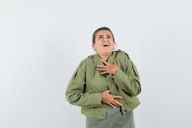 여자 재킷, 티셔츠에 가슴에 손을 잡고 흥분 찾고