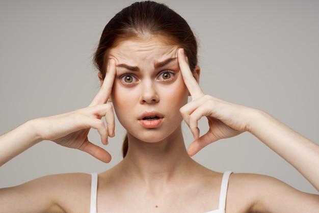 頭の片頭痛障害スタジオ治療を保持している女性