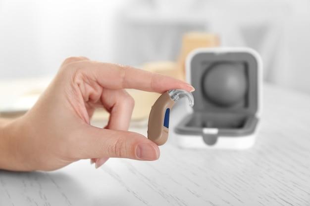 補聴器、クローズアップを保持している女性