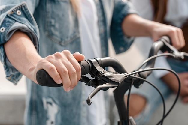 여자가 그녀의 자전거를 들고
