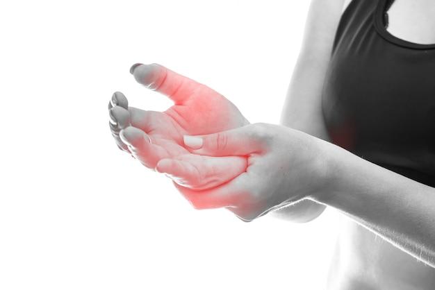 여자가 그녀의 손을 잡고 흰색 절연 통증을 작성