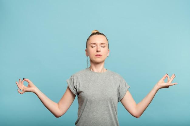턱 mudra에 그녀의 손을 잡고 여자입니다. 정서적 균형과 균형.