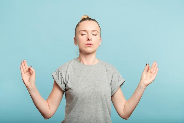 턱 mudra에 그녀의 손을 잡고 여자입니다. 명상과 휴식. 정서적 균형과 균형.