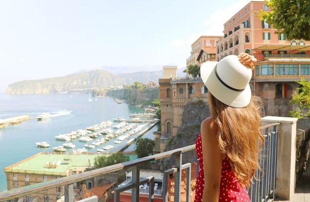 イタリア、ソレントの町で彼女の帽子を保持している女性