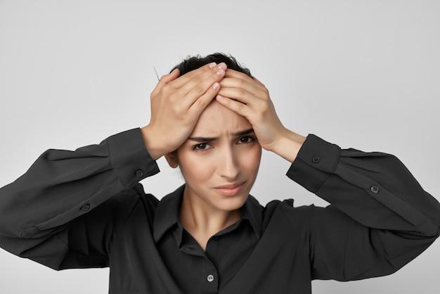 彼女の頭の片頭痛のうつ病を保持している女性