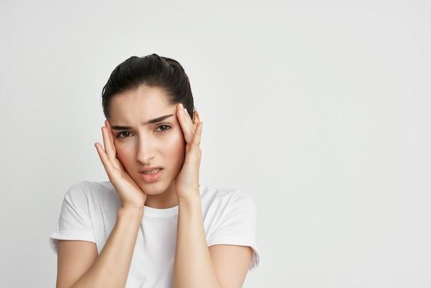 그녀의 머리 편두통 건강 문제 불만을 들고 여자