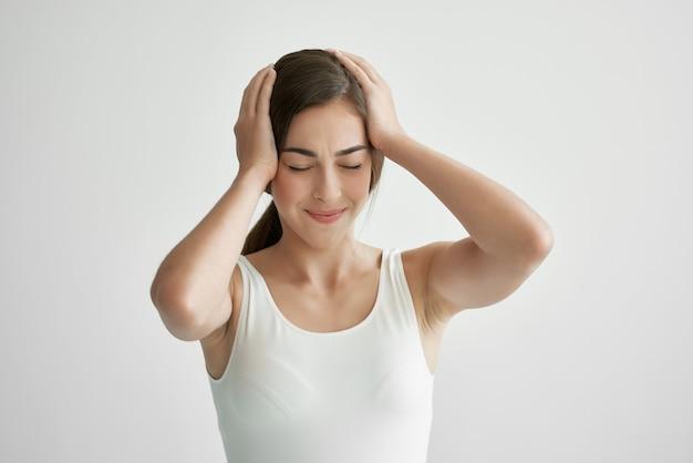 Женщина держит голову мигрени проблемы со здоровьем отрицательный стресс