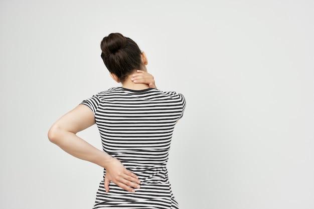 腰痛の健康問題を抱えている女性