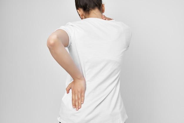 그녀의 허리 통증 건강 문제를 들고 여자