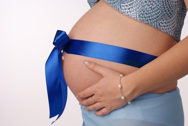 화이트에 그녀의 임신 배꼽을 잡고 여자