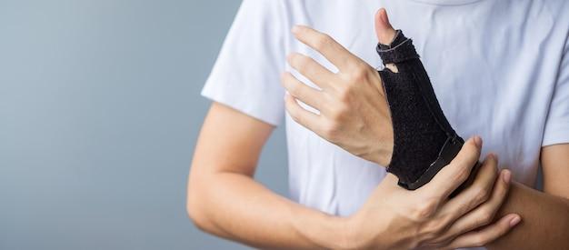 Женщина, держащая ее запястье, болит из-за долгого использования смартфона или компьютера. теносиновит де кервена, симптом пересечения, синдром запястного канала или концепция офисного синдрома
