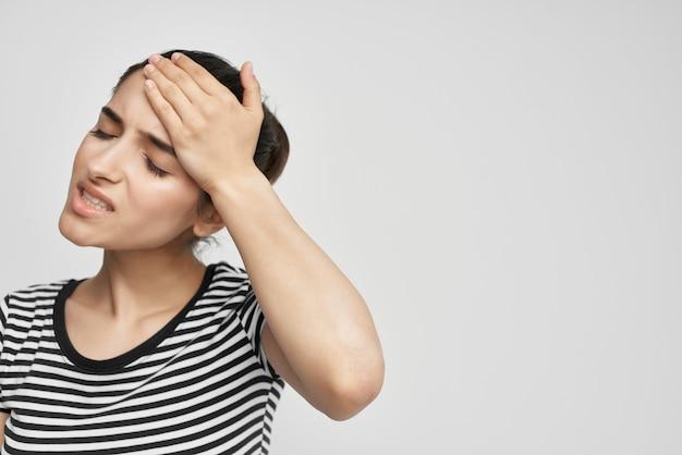 그의 머리 편두통 우울증 고립 된 배경을 들고 여자