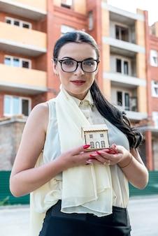 家のモデル、不動産広告を保持している女性