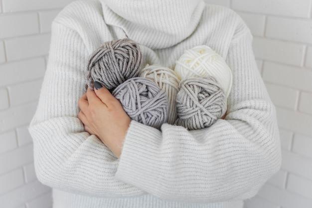 Donna che mantiene la lana per maglieria da vicino