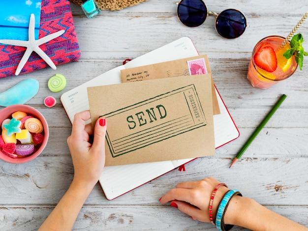 夏のフラットレイと手紙を保持している女性