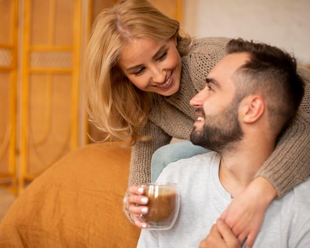 男と飲み物を保持している女性