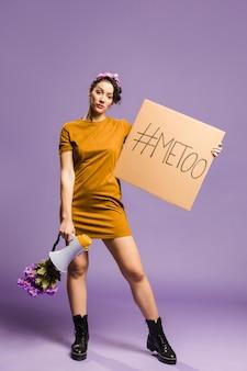 Женщина держит мегафон и картон вид спереди