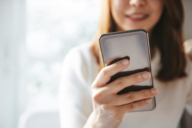 Женщина держит мобильный телефон