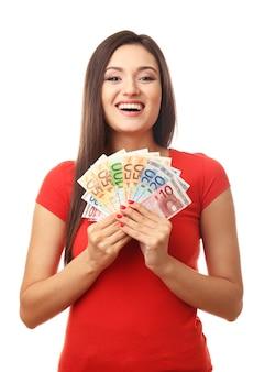 Женщина, держащая деньги, изолированные на белом