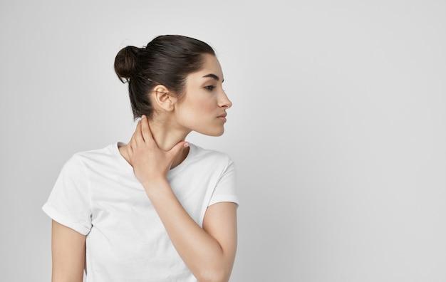 Женщина, держащая лечение медицины дискомфорта проблемы со здоровьем шеи. фото высокого качества