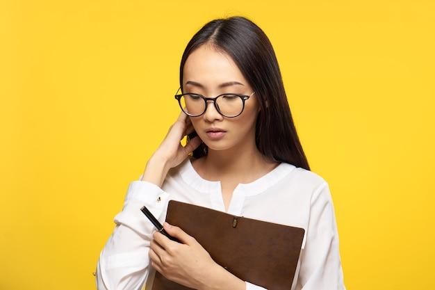 메모장 비서 사무실 노란색 배경 들고 여자