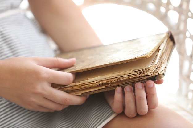 여자가 오래 된 책을 들고