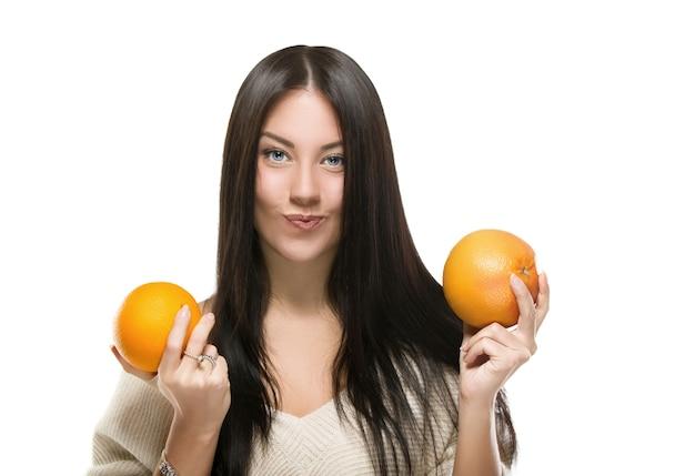 흰색 위에 오렌지와 자몽을 들고 여자