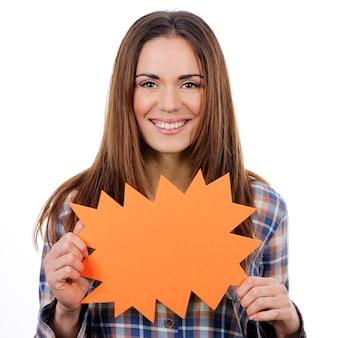 白い背景で隔離のオレンジ色のパネルを保持している女性