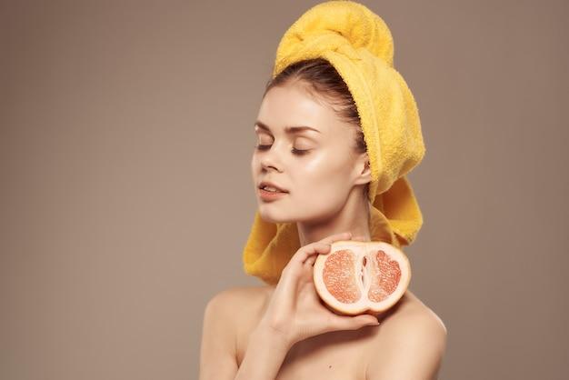 오렌지 비타민 깨끗한 피부 스파 트리트먼트를 들고 있는 여성