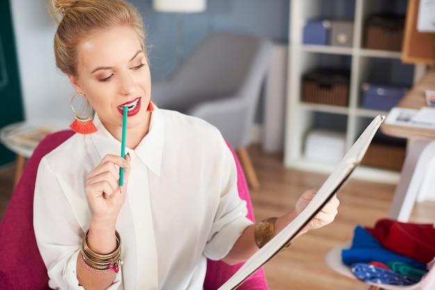 Donna che tiene una matita in bocca