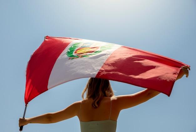 Donna che tiene la bandiera del perù