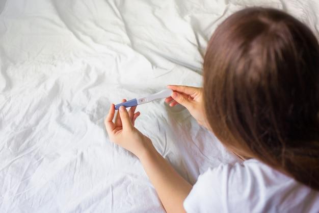 妊娠検査、新しい生活と新しい家族の概念を保持している女性。