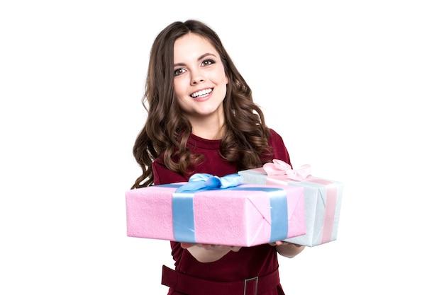 Женщина, держащая подарки, изолированные на белом фоне. праздничный день.