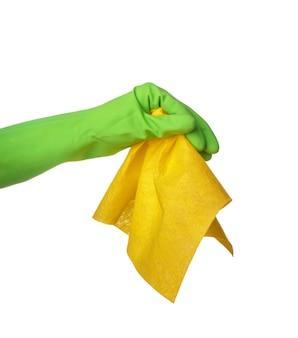 Женщина, держащая тряпку для чистки на белом