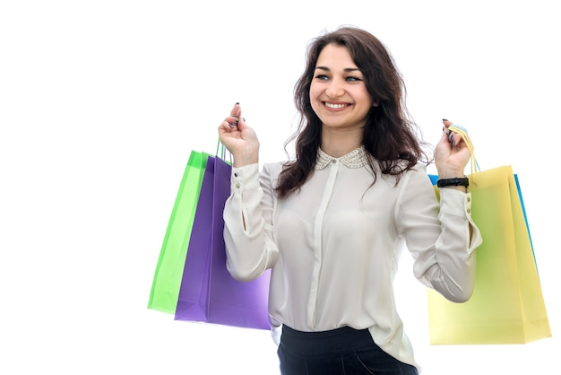 Женщина, держащая хозяйственные сумки, изолированные на белой стене