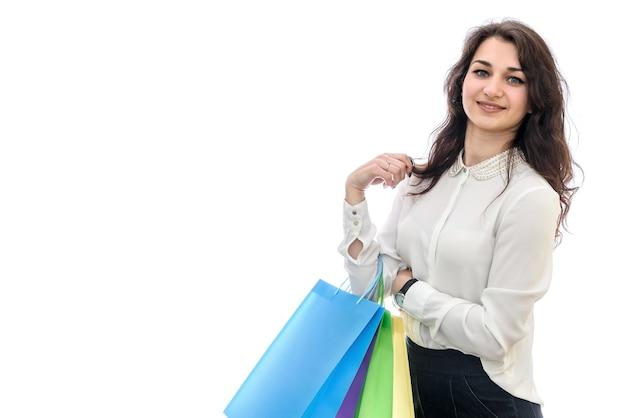 Женщина, держащая хозяйственные сумки, изолированные на белом