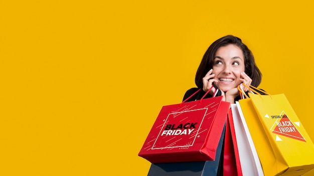 Женщина, держащая хозяйственные сумки с копией пространства