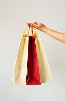 Donna che mantiene le borse della spesa