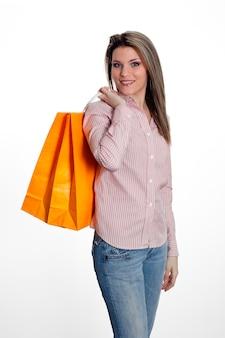 Женщина, держащая хозяйственные сумки