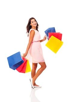 Donna che tiene le borse della spesa