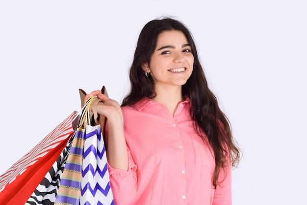 Женщина, держащая сумки