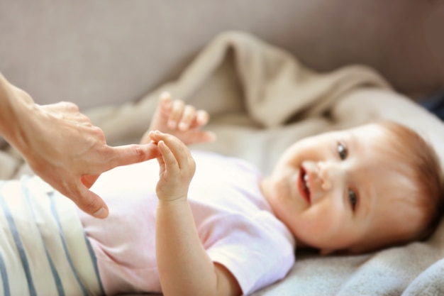여자가 작은 아기 손을 잡고