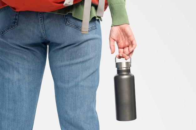 Donna con in mano una bottiglia d'acqua in acciaio inossidabile